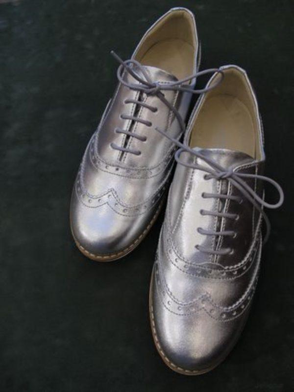 銀色の靴サムネイル